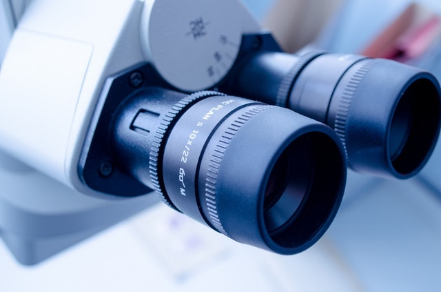 Mikroskop in Chemikalien verarbeitendem Unternehmen