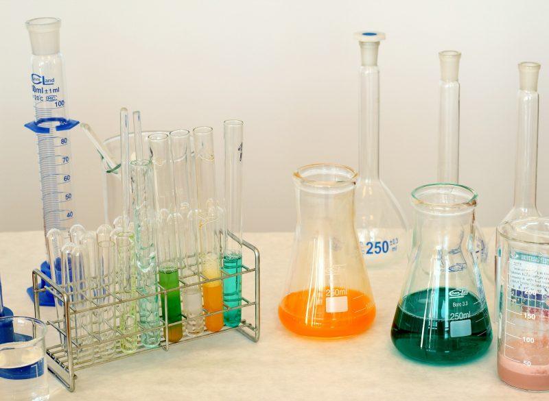 Lösungen und Stoffe, die Auswirkungen auf Sicherheit, Gesundheit und Umwelt gibt es vor allem im Bereich Chemie