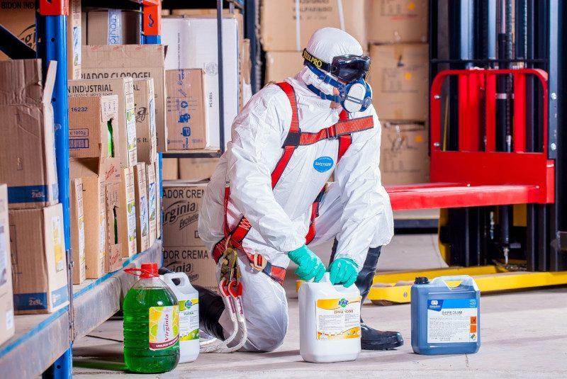 Sicherheitskleidung ist in Betriebsanweisungen für einige Chemikalien vorgeschrieben